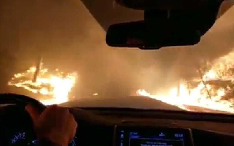 Escape a toda velocidad de un terrible incendio que parece una escena de película