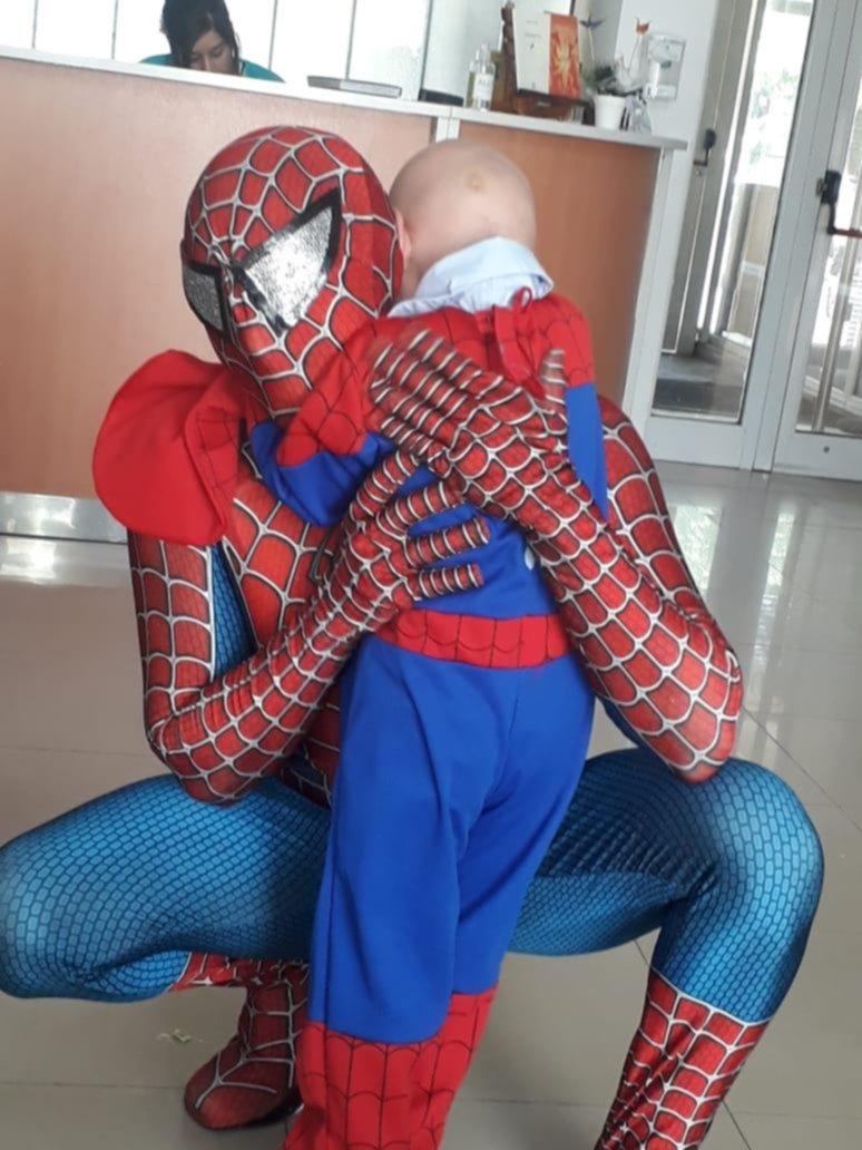 Un nene de 4 años cumplió su sueño de conocer al Hombre Araña en el Hospital Ludovica