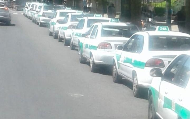 Una fila de taxis interminable frente a Tribunales