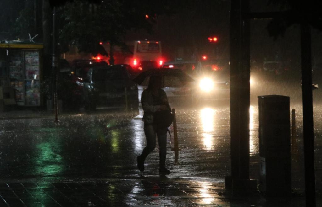 """La lluvia y posibles vientos de gran intensidad pusieron en modo """"alerta"""" a la Ciudad"""