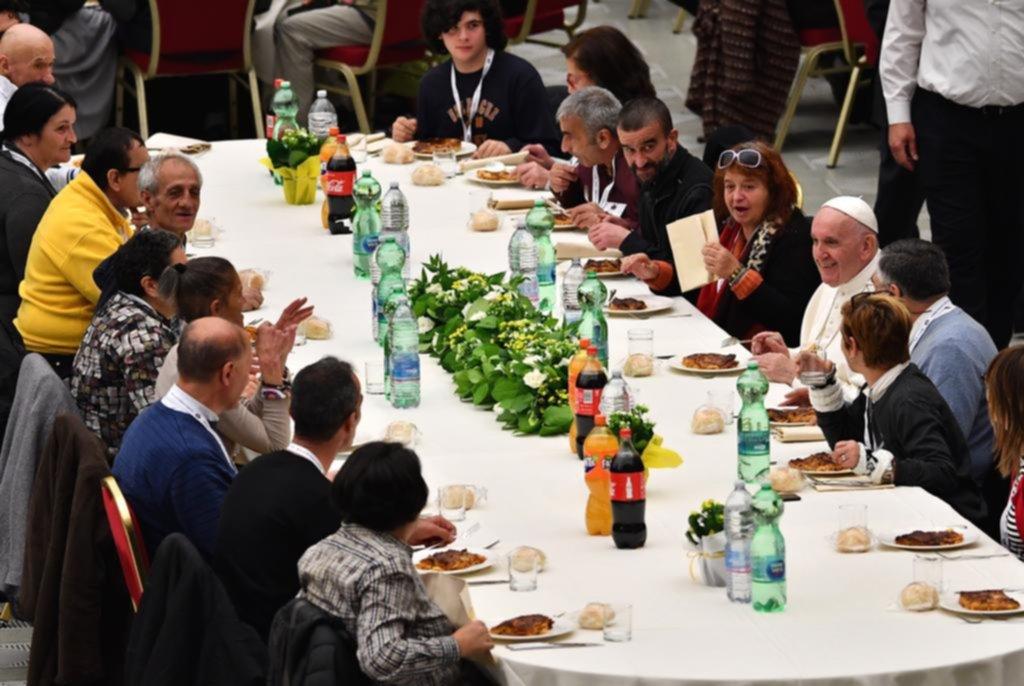 El Papa Francisco almuerza con 1.500 pobres en el Vaticano
