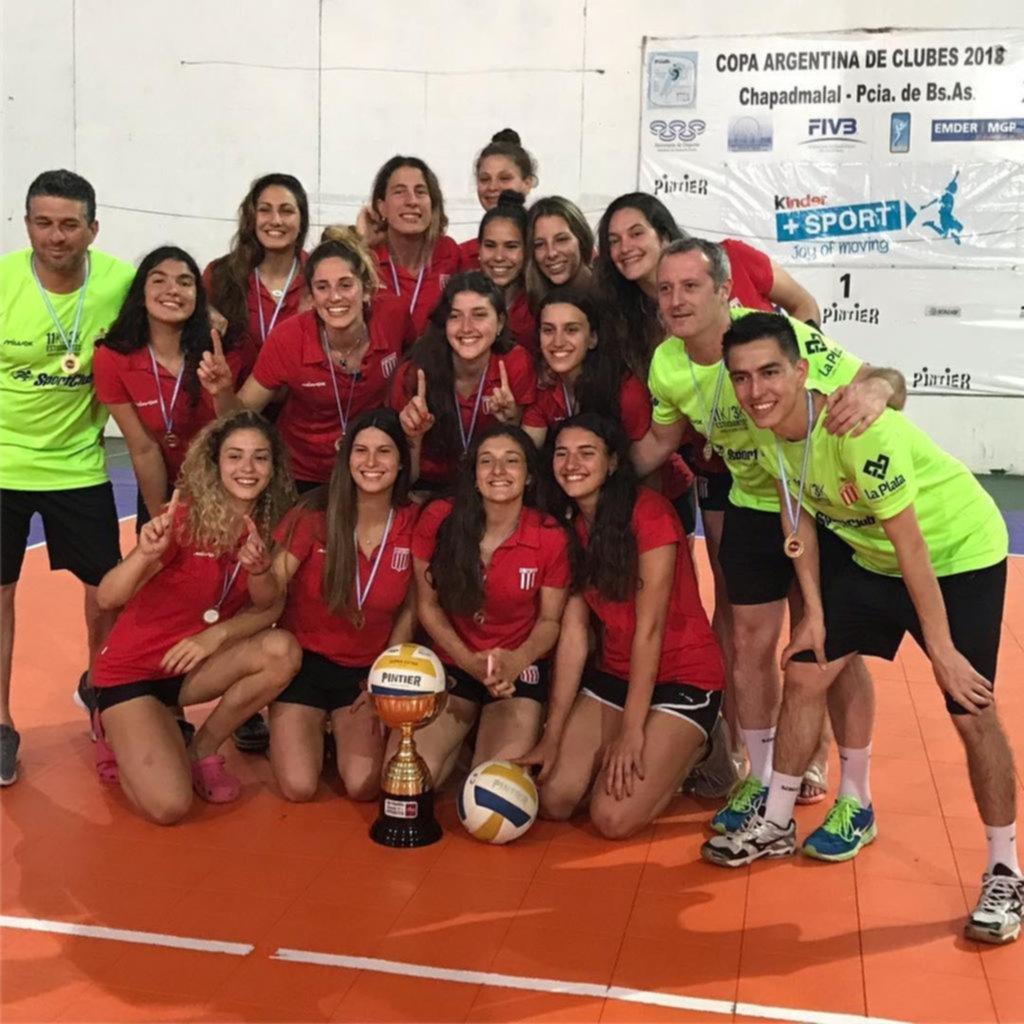 3cc86ade0fadf El plantel de Estudiantes posa con la copa tras consagrarse campeón de la  Liga A2, en Chapadmalal / EL DIA