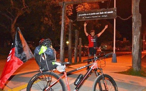 Un hincha de Colón viaja en bicicleta a Paraguay para ver a su equipo en la final