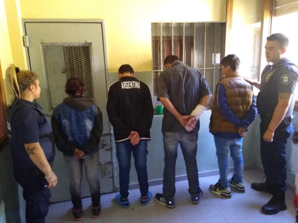 En familia, roban en una financiera del Centro y en un camping de Punta Lara