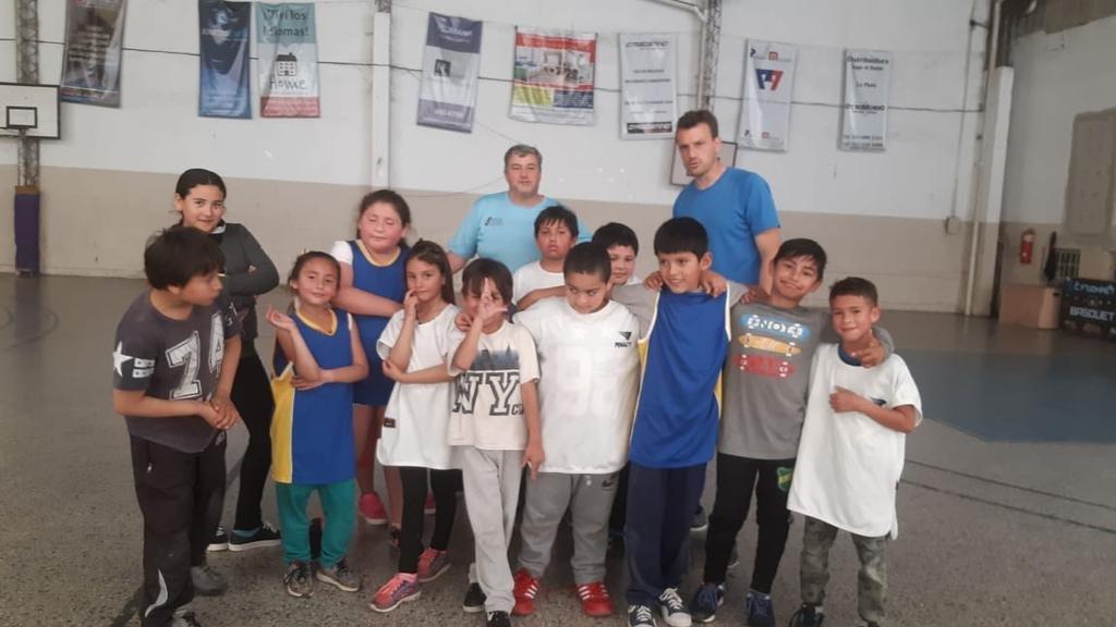Un programa para que los chicos jueguen al básquet
