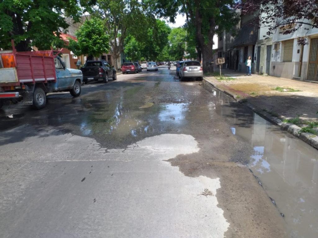 """Caño roto y """"pantano"""" en calle 70 entre 10 y 11"""