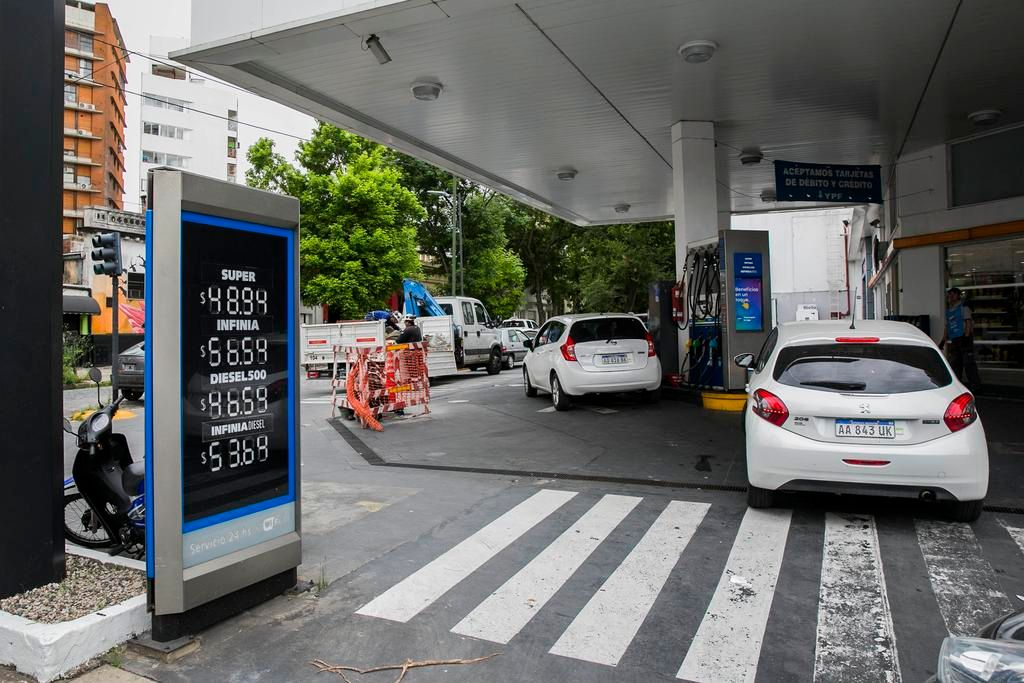 Fin del congelamiento del precio de los combustibles y esta semana subirían un 6%
