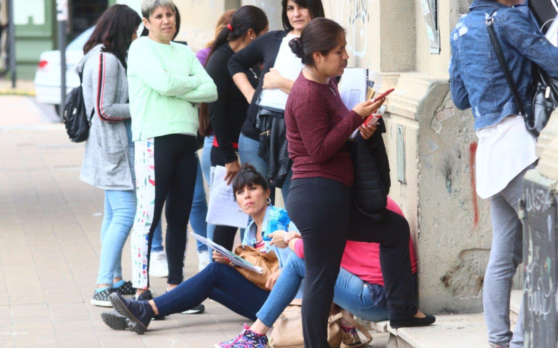 Con largas filas e incertidumbre, arrancaron las inscripciones a escuelas y jardines de la Región