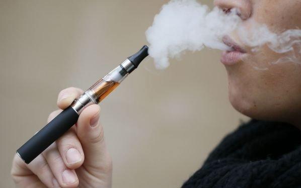 Alertan sobre el consumo excesivo de cigarrillos electrónicos tras el primer caso de lesión pulmonar