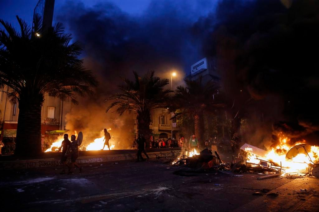 Piñera propone tres acuerdos para salir de la crisis luego de otra jornada de violencia