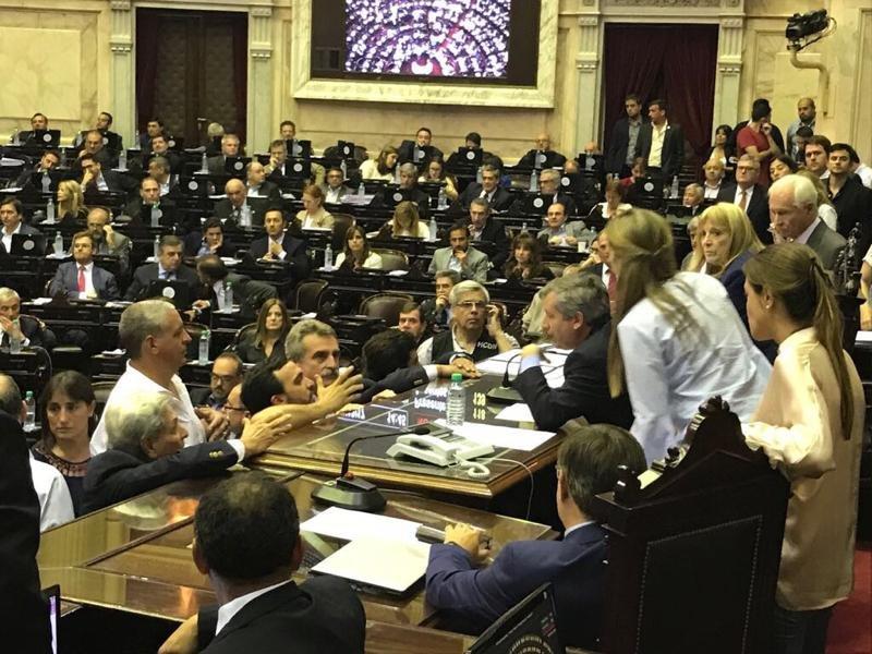 """Fractura en Cambiemos: un grupo de la UCR se une al PJ para repudiar un """"golpe"""""""