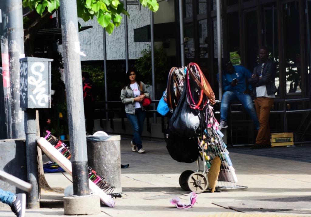 Los operativos no duraron ni un día y la venta callejera volvió a copar las veredas