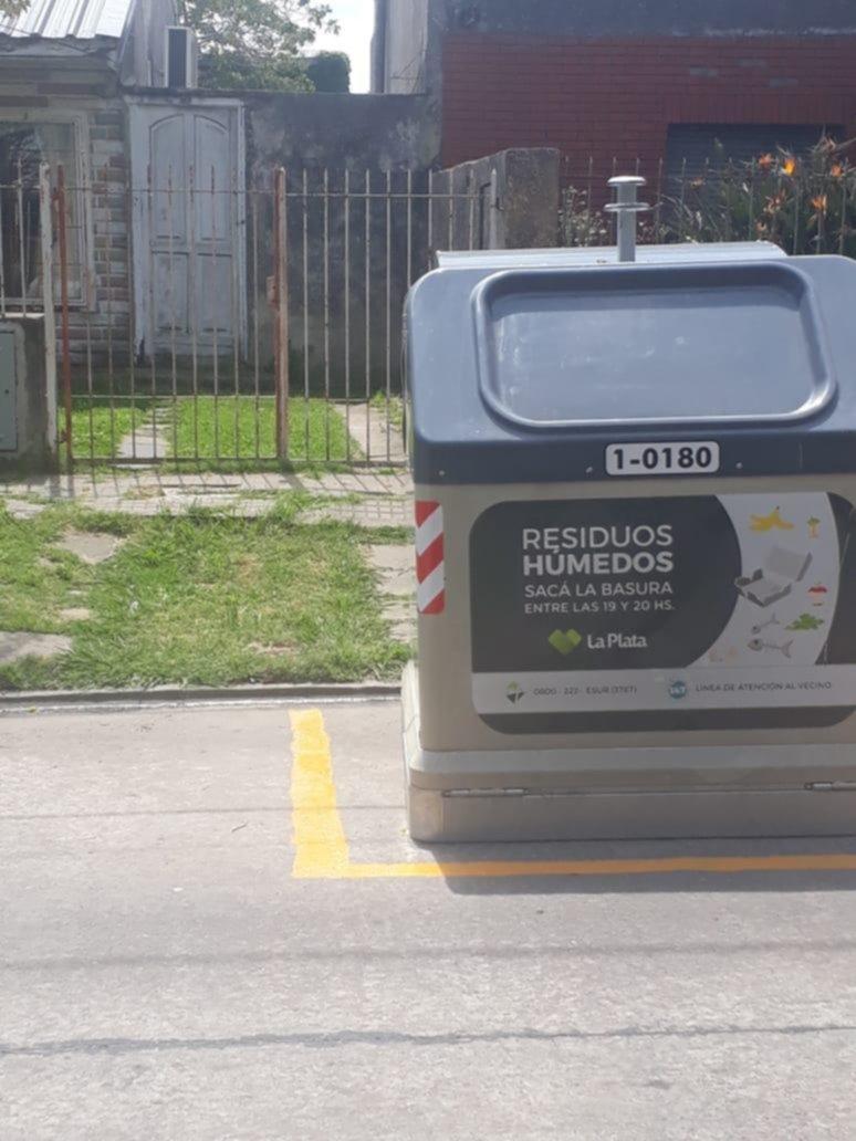 Un contenedor de basura tapa la salida de una cochera