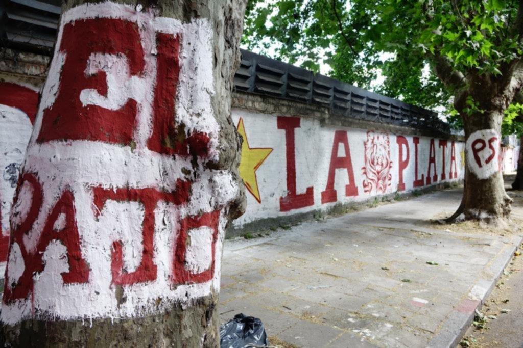Nadie frena la guerra de las pintadas de los hinchas de fútbol y crece la bronca vecinal