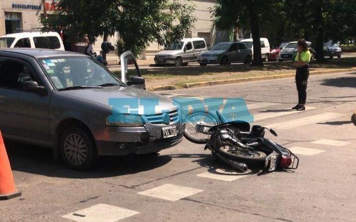 Otro accidente en La Plata y van... Fuerte choque entre un auto y una moto en 20 y 60