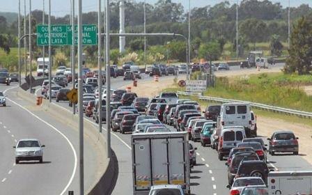 Tránsito complicado en la Autopista en el comienzo del fin de semana largo