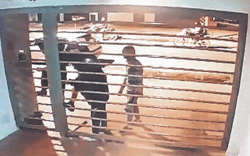 No cesan los ataques de menores a edificios: cerca deparque Alberti intentaron romper un portón