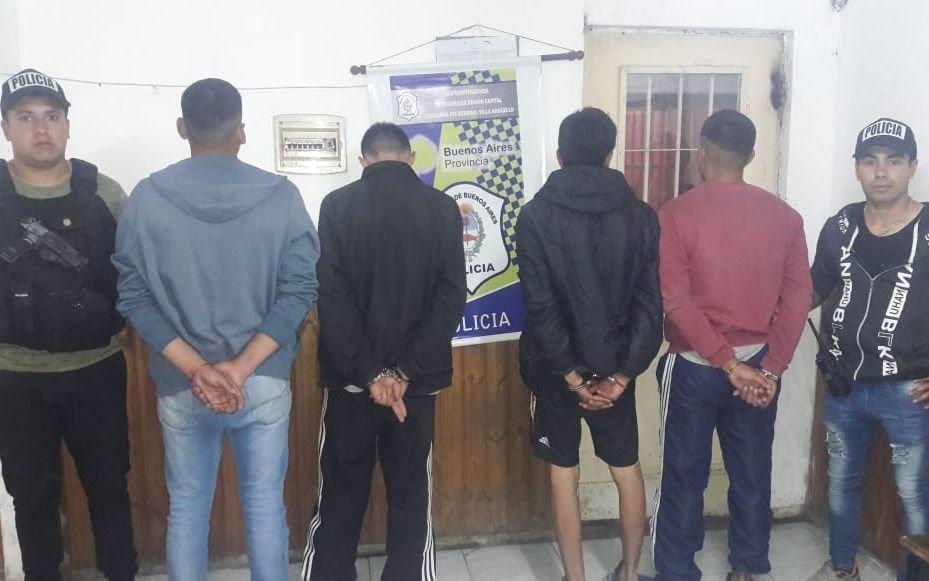 Cuatro detenidos por robarle y pegarle a un joven.