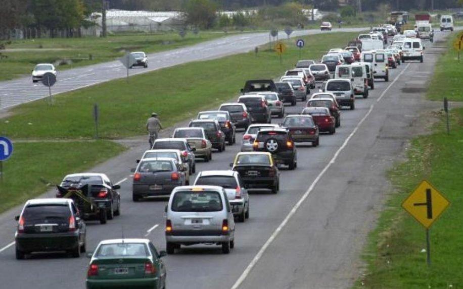 Intenso tránsito en las rutas por el fin de semana largo: hubo hasta 2500 autos por hora en Ruta 2