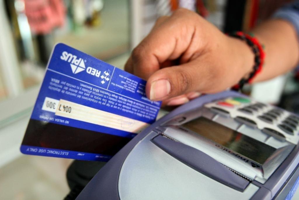 Pese a la recesión, la opción de pagar con tarjeta de débito gana terreno en la Ciudad
