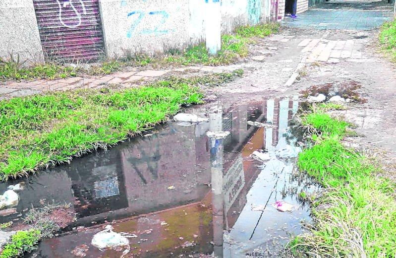 Vereda a la miseria por una inmensa pérdida de agua