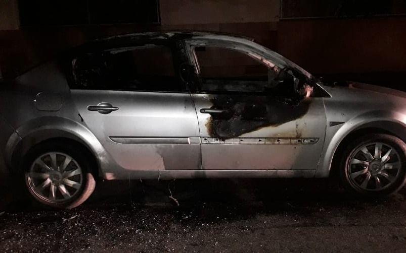 ¿Quemacoches o avivada?: fue a denunciar que le incendiaron el auto y terminó detenido