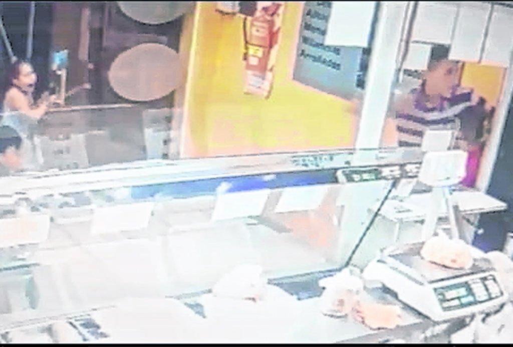 Hacía las compras y le pusieron un arma en la cabeza delante de sus dos hijos