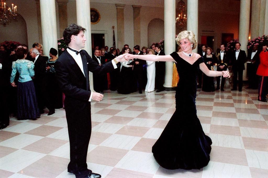 Invaluable: la historia del vestido que Lady Di usó cuando bailó con Travolta y que ahora se subasta