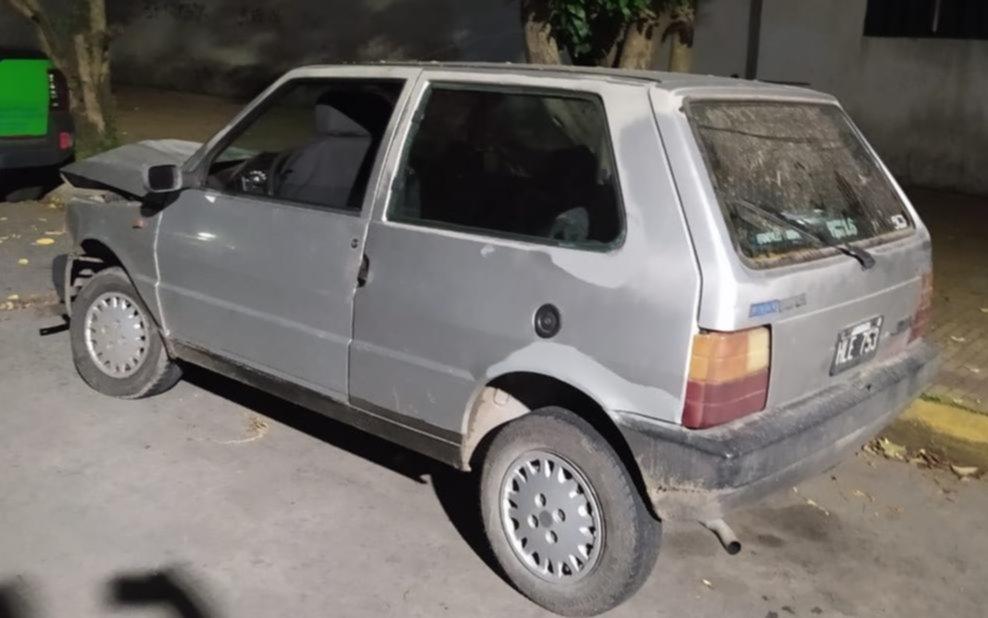 En un auto robado intentaron asaltar a una mujer, huyeron en contramano y chocaron