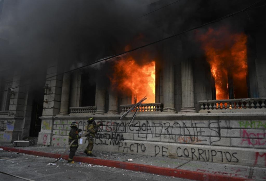 Incendian parte del Congreso durante una violenta protesta en Guatemala