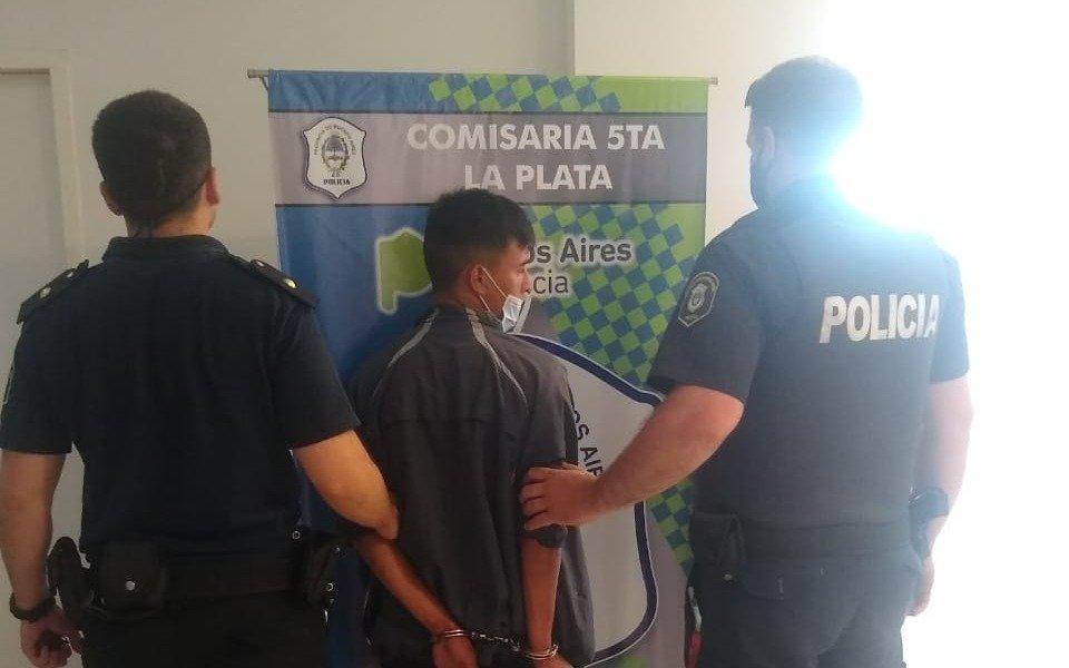 Cerca de Plaza Yrigoyen fue detenido un joven armado por intentar robar a una docente y enfrentar a la Policía