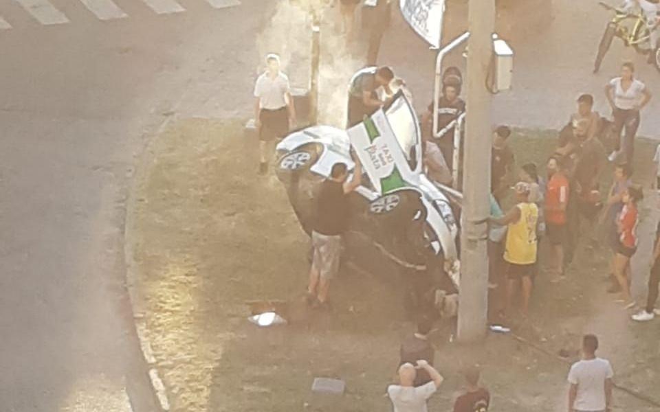 Un taxi terminó arriba de la plaza Castelli: por milagro no hubo una tragedia