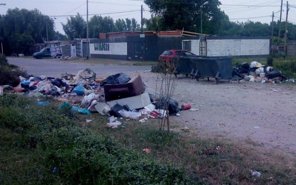 Advierten por la acumulación de basura en una esquina de Altos de San Lorenzo