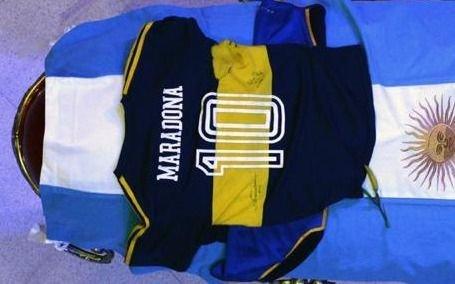 La emotiva historia de la camiseta de Boca que cubre el cajón de Diego Maradona