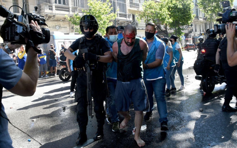 Ministerio de Seguridad afirmó que no ordenó reprimir a la multitud durante el velatorio de Maradona