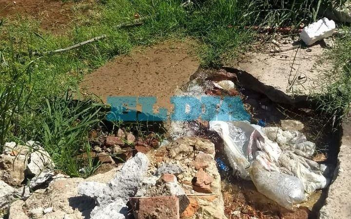 En Villa Catela reclaman por una vereda rota y una pérdida de agua incalculable
