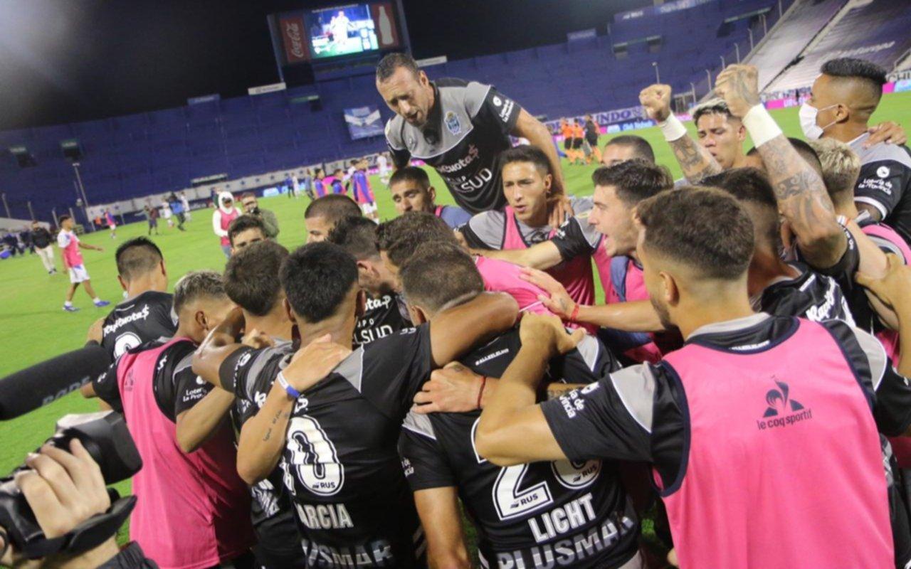 Gimnasia pudo homenajear a Maradona con un triunfazo en Liniers: le ganó a Vélez 1-0 y sueña con pasar de ronda
