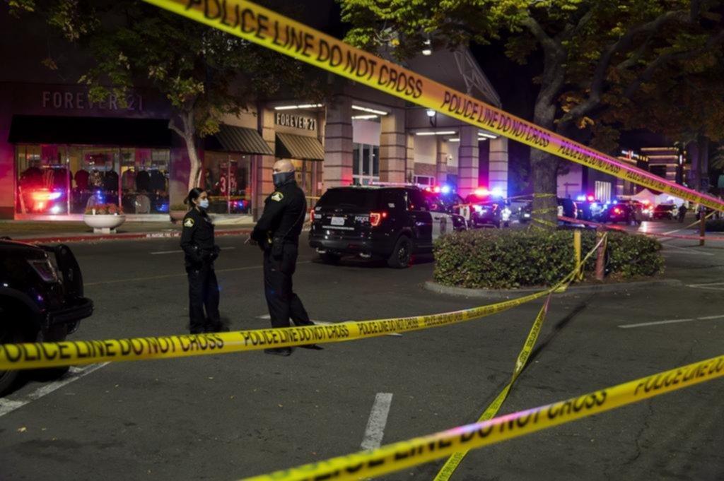 Dos muertos en medio de un tiroteo en un centro comercial de Sacramento