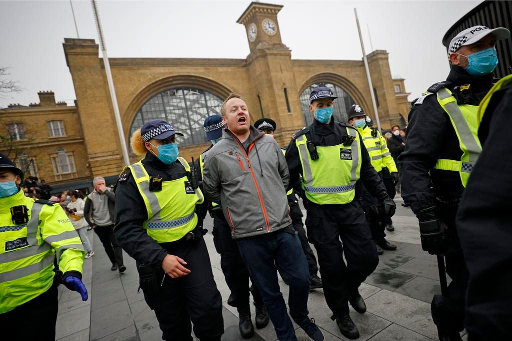 Decenas de detenidos en Londres en una marcha anticonfinamiento