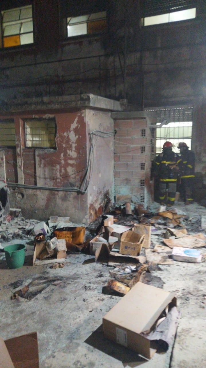 Tensión por un incendio en un depósito del hospital Gutiérrez
