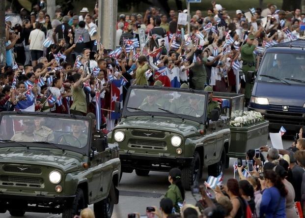Miles de cubanos en las calles al paso de los restos de Fidel