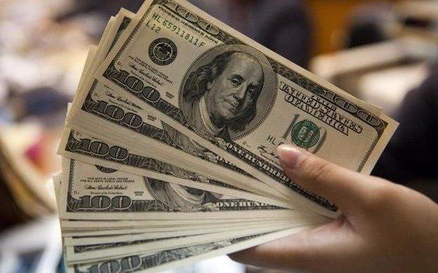 El dólar cerró estable a 17,60 pesos para la venta al público