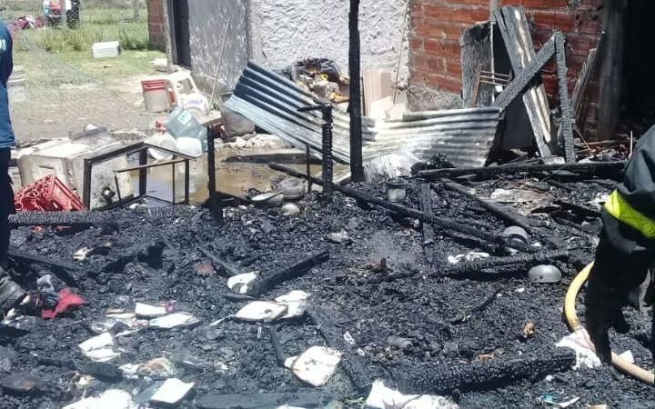 Tres personas heridas por un devastador incendio que afectó a una casa y un local en Romero