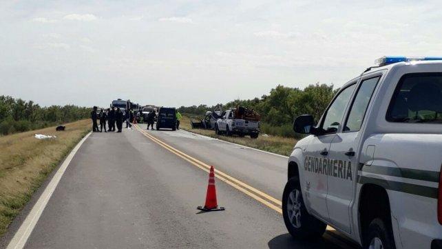 Un choque entre una camioneta y un micro dejó 5 muertos