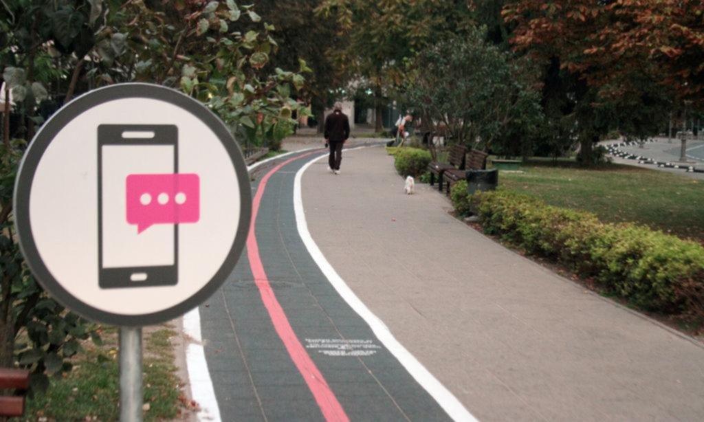Carril exclusivo para peatones adictos al teléfono móvil