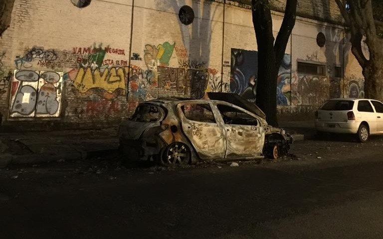 Molestia por un auto quemado y abandonado en 2 entre 57 y 58