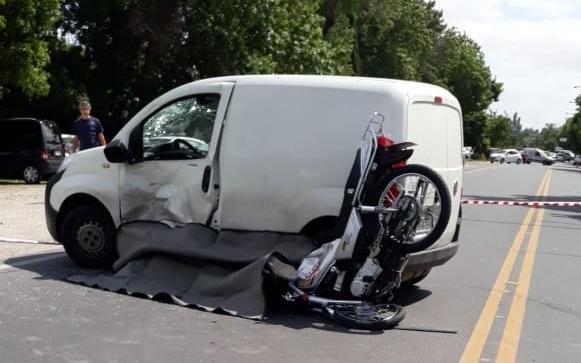 Otro motociclista muerto en la Región tras un fuerte choque contra un utilitario
