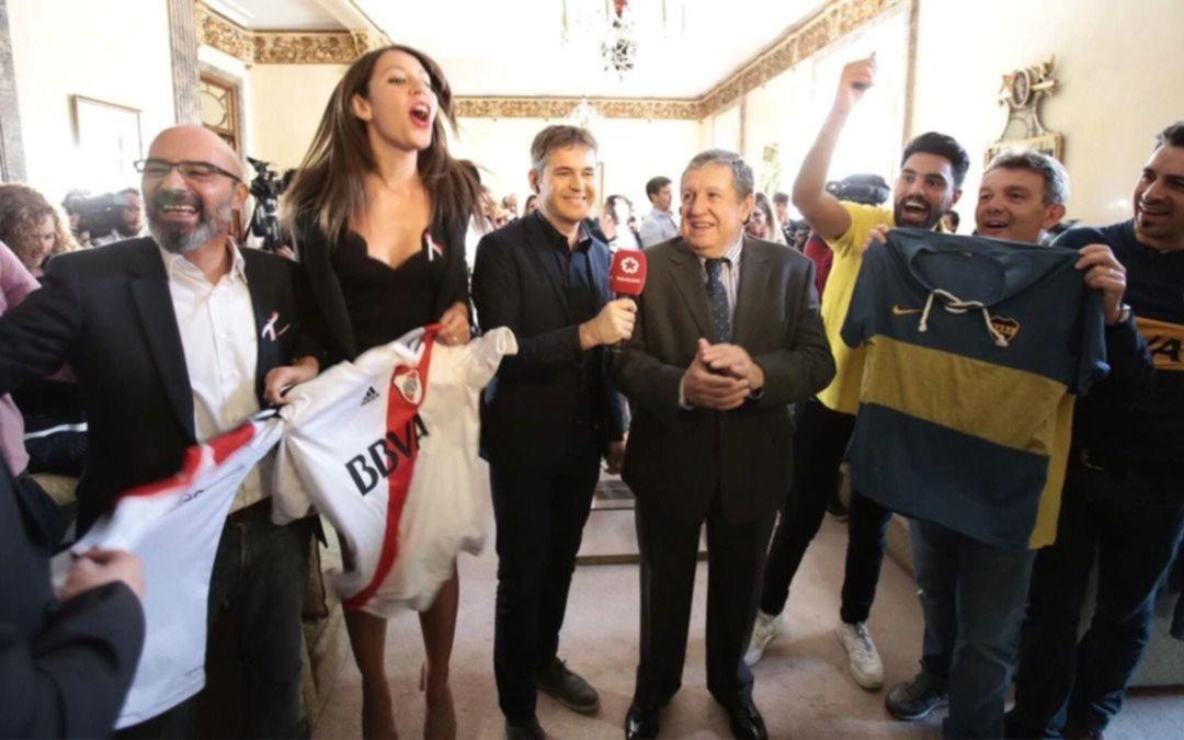 Boquenses y riverplatenses a puro choripán en la embajada argentina en España