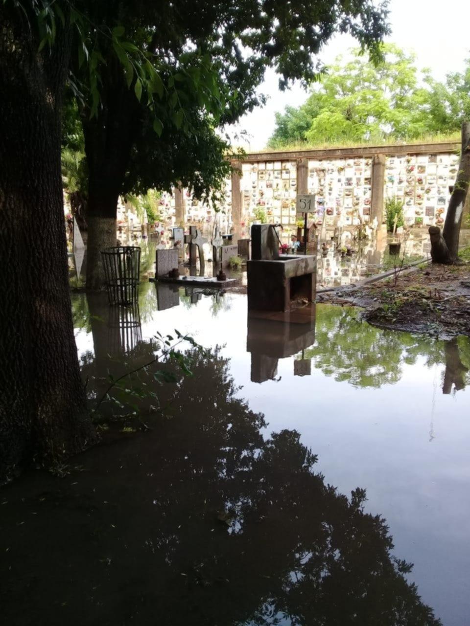 Una zona del cementerio bajo el agua