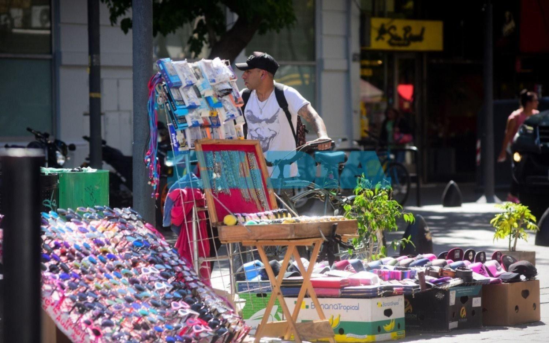 Venta ilegal: los comerciantes analizan medidas ante la merma de operativos